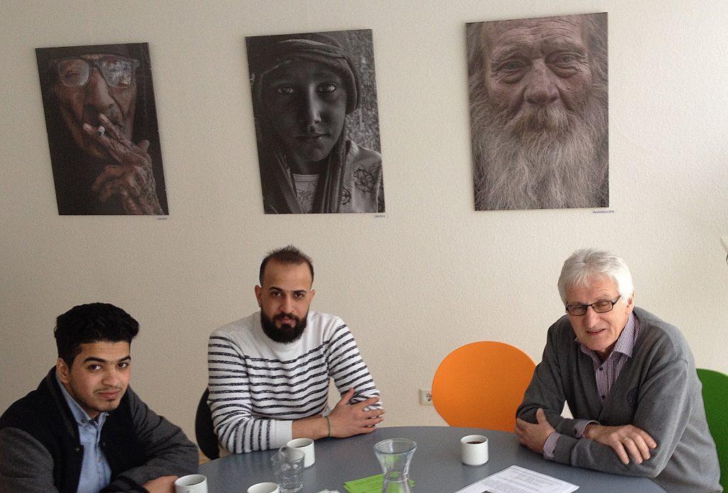 Qassim Mohammad (Mitte) mit Werner Kölchens (rechts), Hobbyfotograf und ehrenamtlicher Helfer beim Pressegespräch am 02.03. in der Begegnungsstätte, Bleichpfad 15c